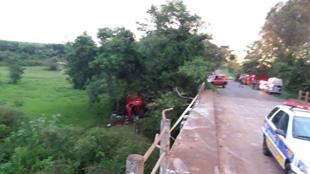 Caminhão cai da ponte entre Embaúba e Novais