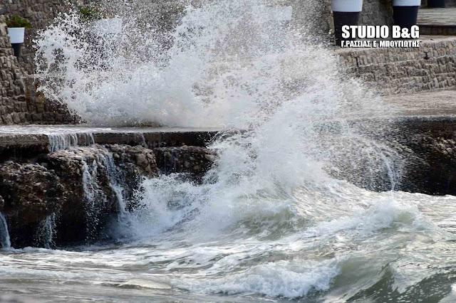 Θυελλώδεις άνεμοι και μεγάλα κύματα στο Ναύπλιο (βίντεο)