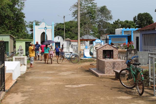 Cemitério de Guajará-Mirim passa por limpeza e manutenção para Dia de Finados