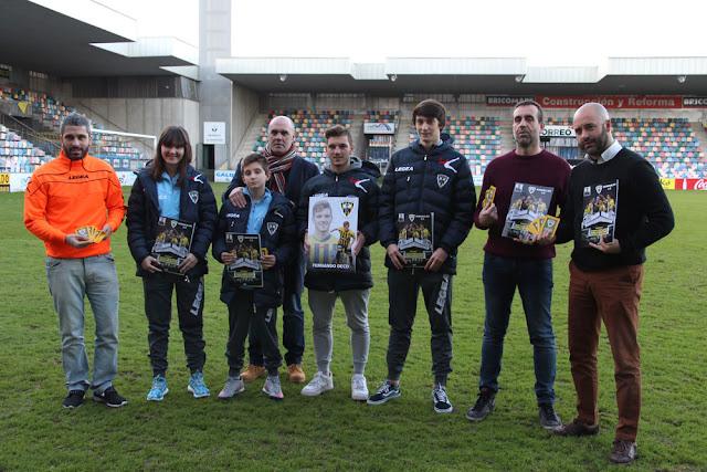 El presidente, entrenador, técnicos y el futbolista Deco posan con el álbum
