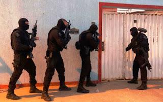 3 morrem e 17 são presos em operação