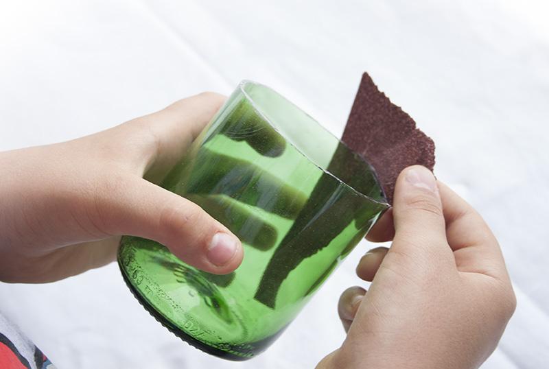 Decorar en familia_Reciclar vidrio: Cómo cortar botellas de cristal8