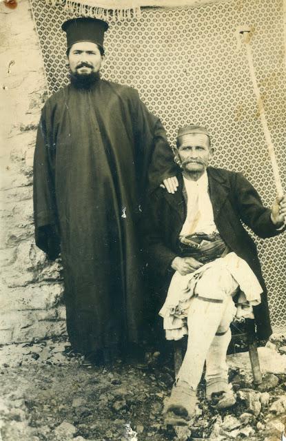 Παπαχαλμούκης Πάτερ Αντώνιος, με τον Γεώργιο Χάσκαρη και την περίφημη γκλίτσα του.