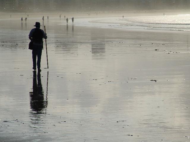 peregrino caminando por la playa