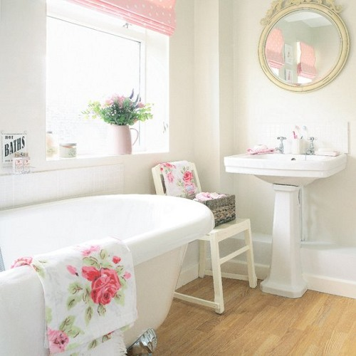 A curtain, bath curtains, and even towels, elements commonly used in the bathroom, that combine bright and intense tones
