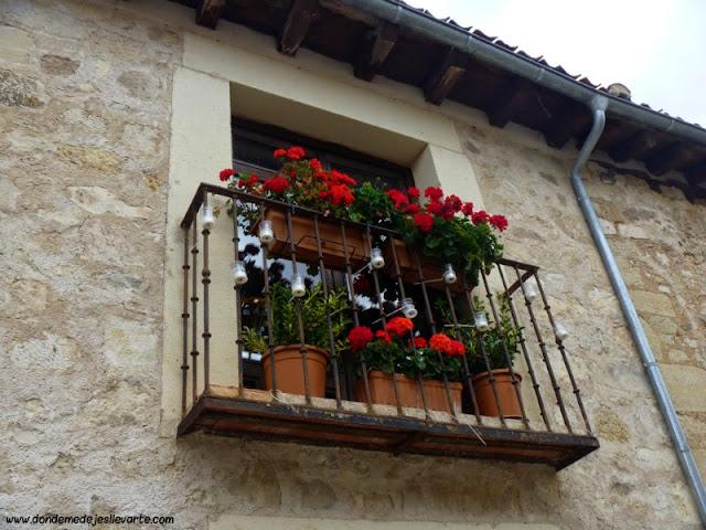 Balcón con flores y velas - Pedraza