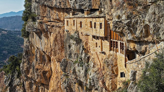 Μονή Κηπίνας: Tο μοναστήρι μέσα στο βράχο που προκαλεί δέος