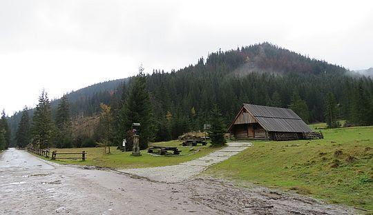 Polana Hucisko. Bacówka na tle Klinowej Czuby.