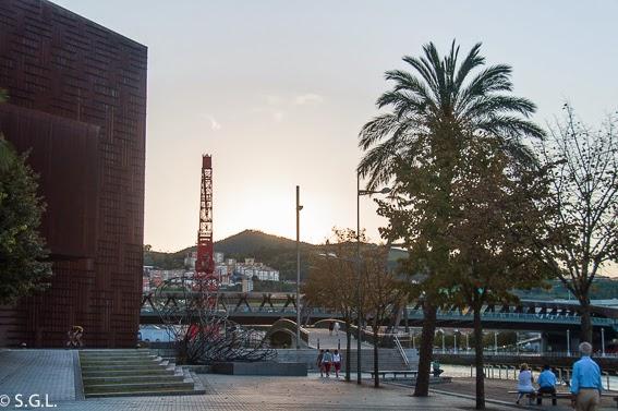 Paseo de Bilbao y al fondo la grua Carola. Carola, la grua mas bonita de Bilbao