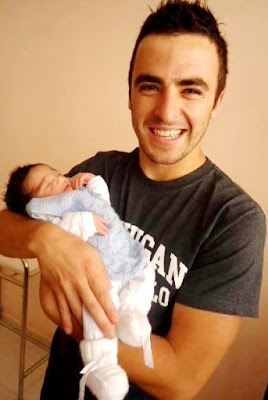Foto de Martín Ricca cargando a un recién nacido
