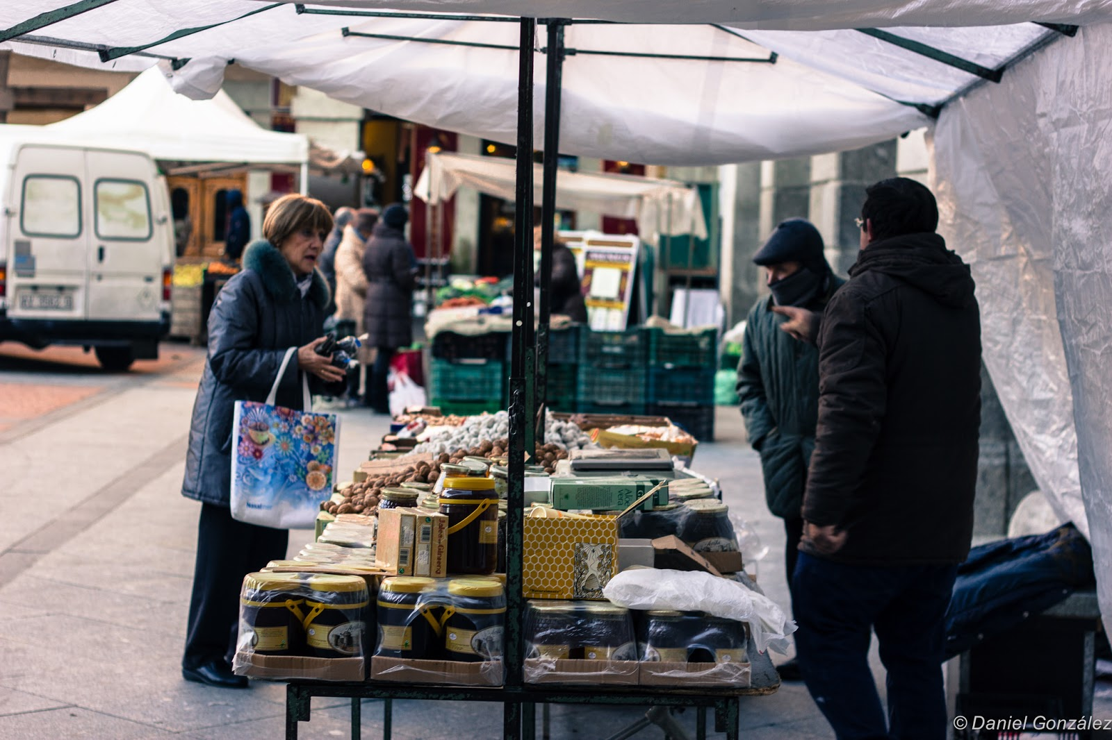 Mujer regateando, Mercado Chico, Avila 2014