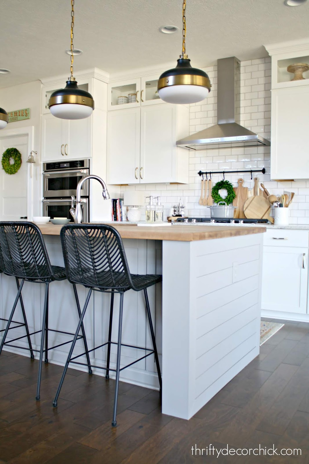 Enclosing overhang on kitchen island