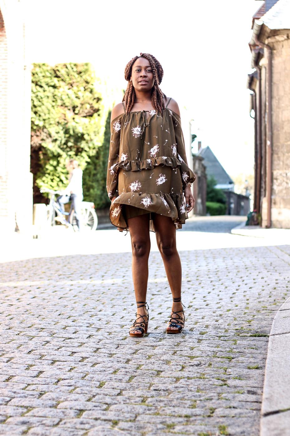 robe-bohéme-sandales-à-lacets