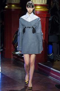 forma de destacar tu camisa bajo un abrigo