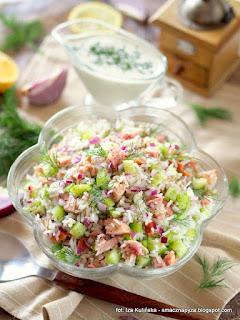 salatka z ryżu, kurczak wedzony, ogorek swiezy, pyszna salatka, salatka z miesem