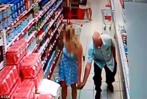Έλεος με τον κάθε ανώμαλο: Δείτε τι πήγε και έκανε ο άλλος σε ανυποψίαστη γυναίκα, μέσα σε σούπερ μάρκετ (VIDEO)