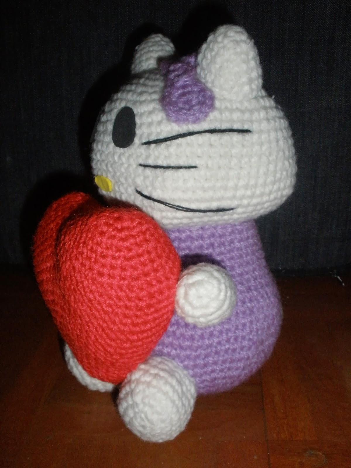 hello kitty amigurumi con un corazon