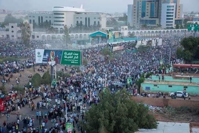 آلاف السودانيين يطالبون البشير بالتنحي