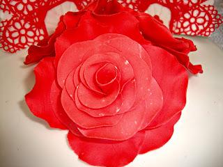 Rosa roja de pasta de flores