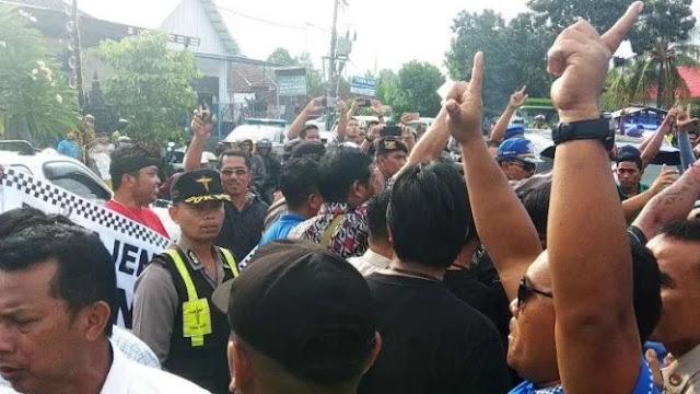 Blokade Jalan, Massa Jokowi-Ma'ruf Rangsek Mobil Sandiaga