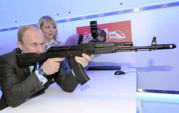 تعرفوا على السلاح الشخصي للقيصر الروسي الذي لا يفارقه للحظة