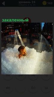 Мужчина в ванне закаленный полностью в кристаллах льда