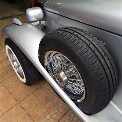 Este conversível é um raro exemplar da Lafer equipado de fábrica com dois estepes dispostos nos para-lamas dianteiros.