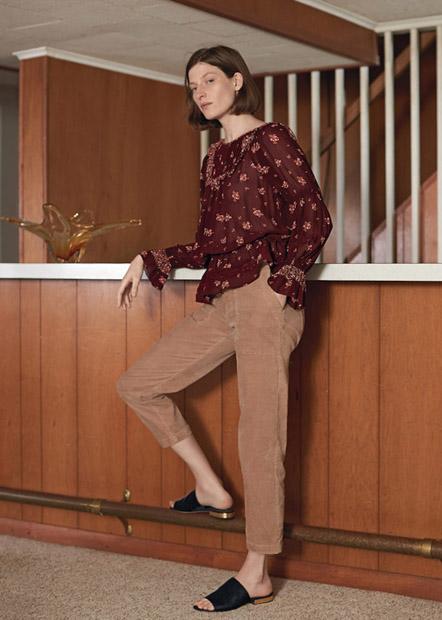 Коричневые брюки из вельвета с блузкой в цветочек