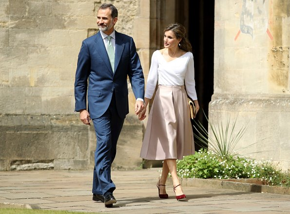 Queen Letizia and King Felipe of Spain visited the Exeter College in Oxford.