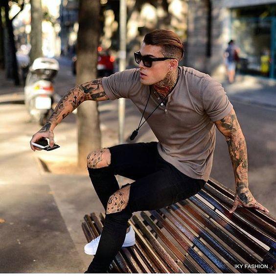 model  Ripped Jeans Dengan Kaos Polos Yang Ada Kancingnya pria kekinian