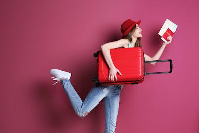 Chica preparándose para viajar a Islandia, un destino muy solicitado y popular