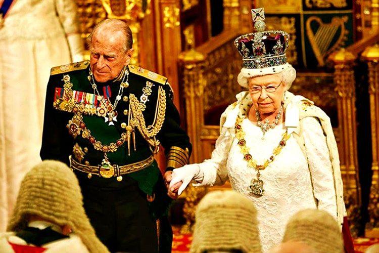 Takdim edilen hediyelerin kıymeti ne olursa olsun, kraliyet ailesi tarafından mütevazi bir biçimde kabul edilmeleri gerekmektedir.