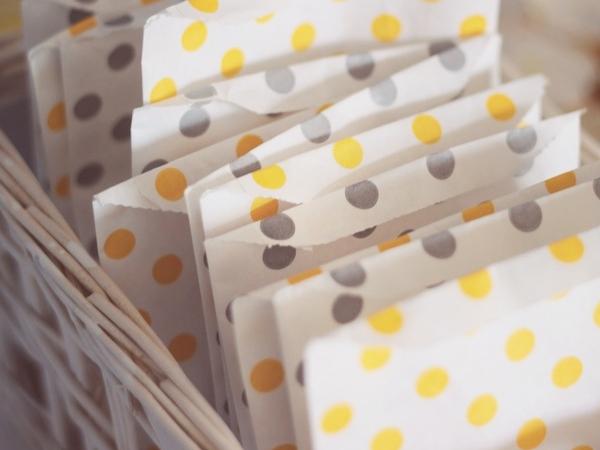 sachets cadeaux à pois jaunes et gris