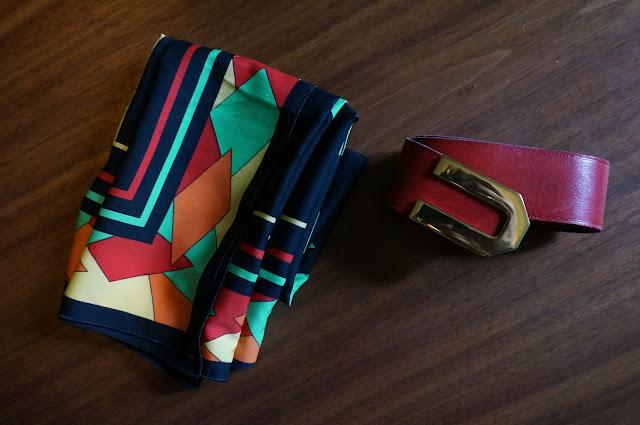 un foulard années 70 , une ceinture années 80  vintage 1970s scarf , 80s leather belt