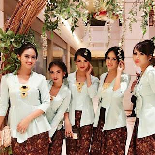 model kebaya kutubaru bbiru muda dengan rok batik solo