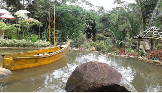 perahu ditengah kolam rute curug madu resmi doro