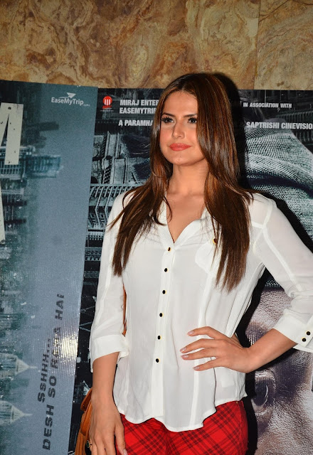 "Zarine Khan Looks Super Sexy At Film ""Madaari"" Special Screening At Lightbox Theater, Mumbai"