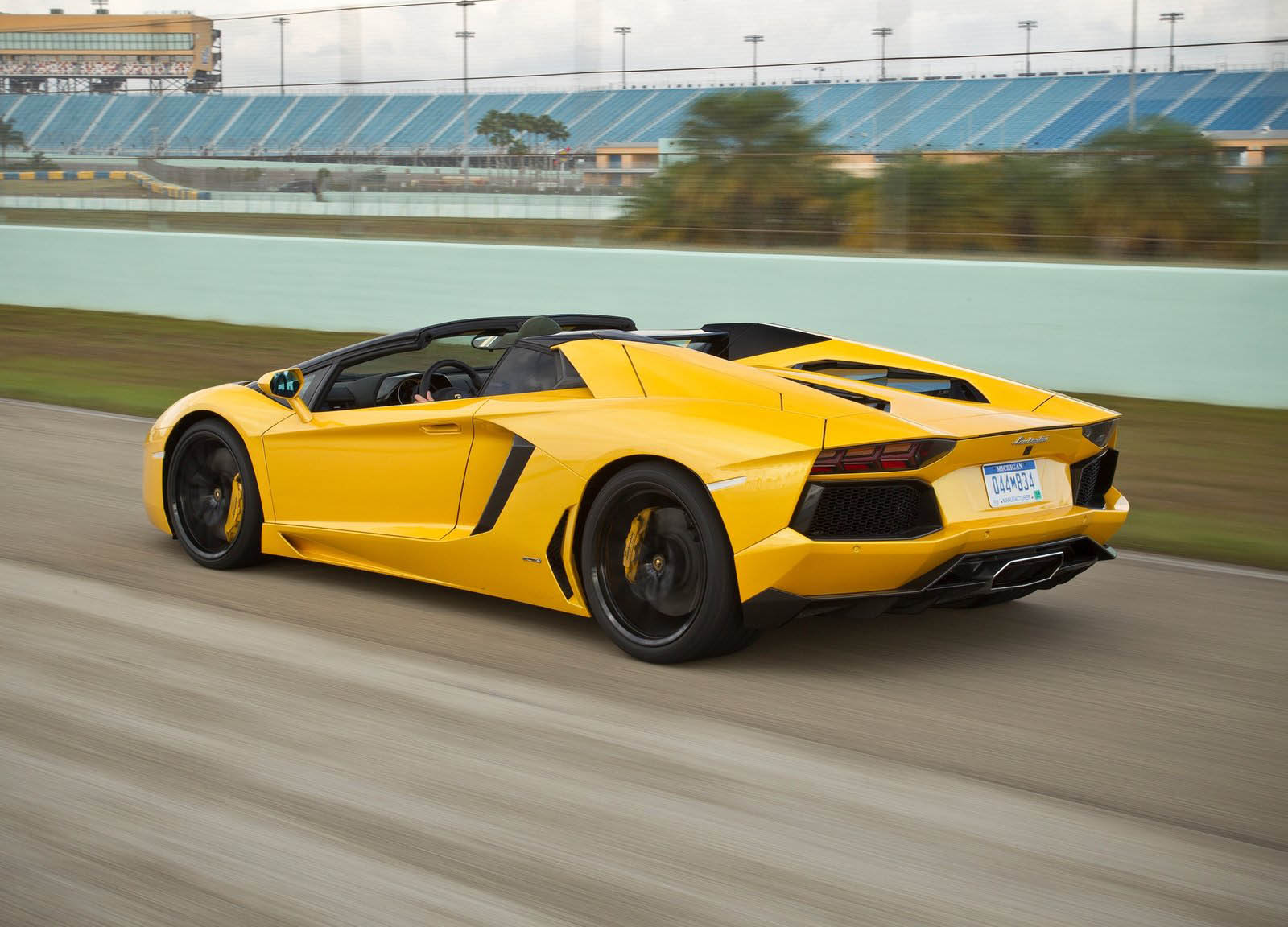 don 39 t overfill your lamborghini aventador or it could catch fire. Black Bedroom Furniture Sets. Home Design Ideas