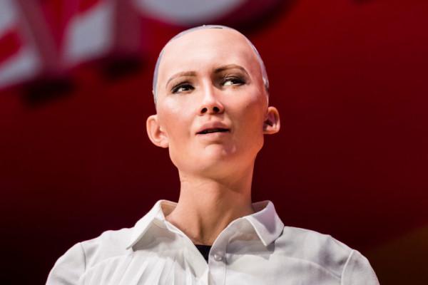 Video: Saudi Arabia grants Citizenship to Robot named Sophia