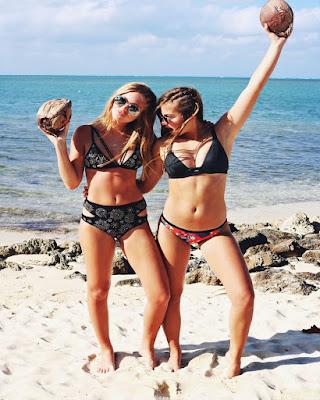 pose en la playa con amiga