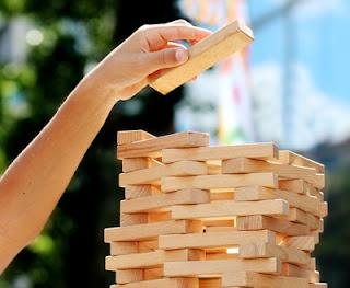Ein Holzspielstapel als Symbol für die Entwicklung der Persönlichkeit