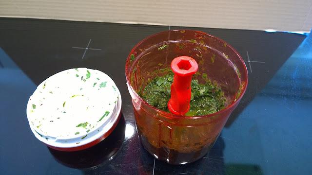 Kräuter werden zerkleinert und mit Öl und Salz vermischt (c) by Joachim Wenk