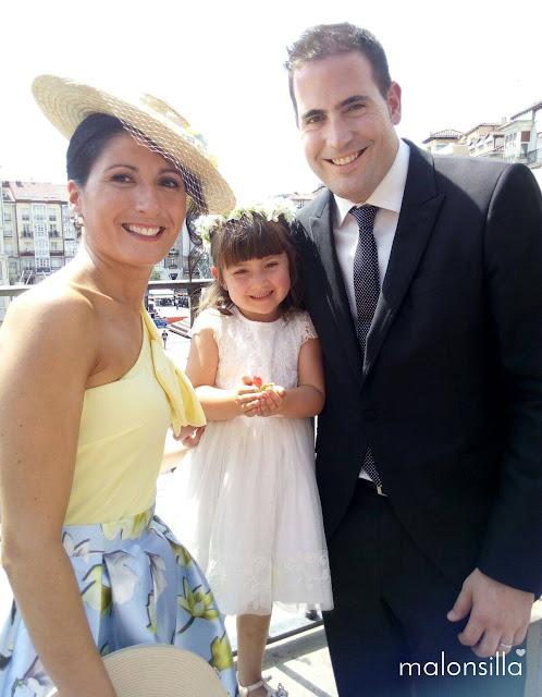 Invitada a boda niña que lleva corona de flores y la mamá un sombrero de ala ancha by malonsilla