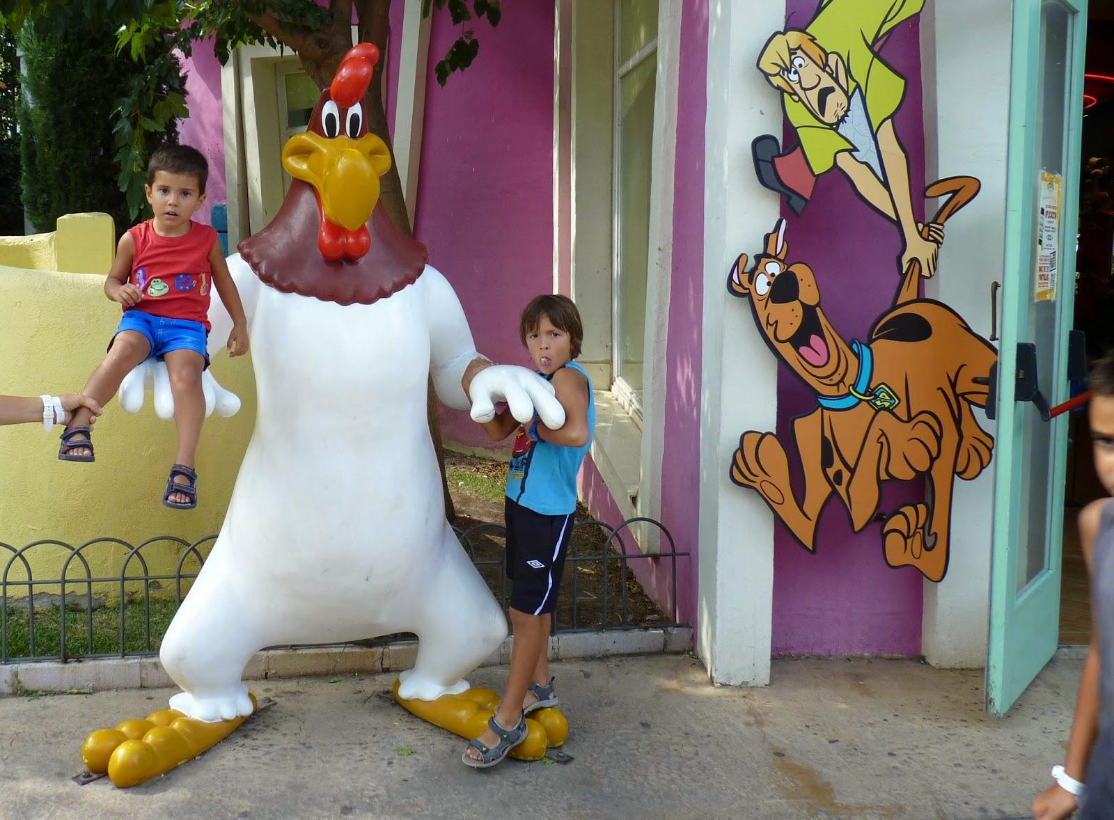 Izan y Joel con el Gallo Claudio.