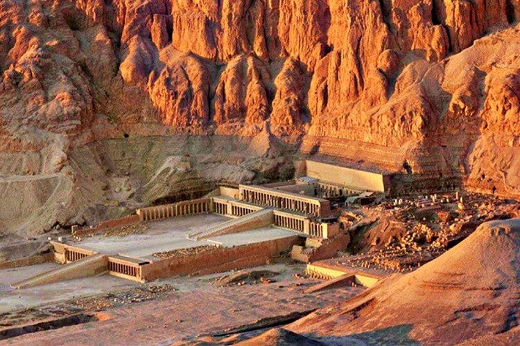 İnşa edilen en etkileyici yapılardan biri olan Deir el-Bahari'deki tapınak, aynı zamanda bir mezardır.
