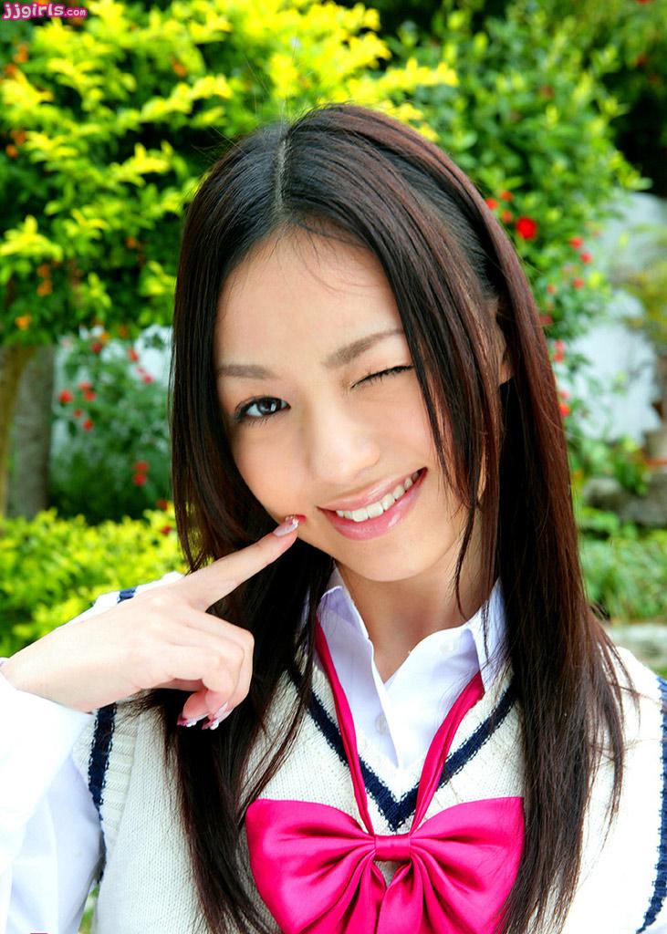 Senyum manis Aino Kishi Menggunakan Seragam Sekolah