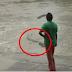 สาวยืนริมแม่น้ำ จู่ๆเห็น (ไอเข้) กระโจนใส่!! และนี่คือปฏิกิริยาที่เธอทำ บอกเลยว่านักล่าสัตว์ยังช็อก! (ชมคลิป)