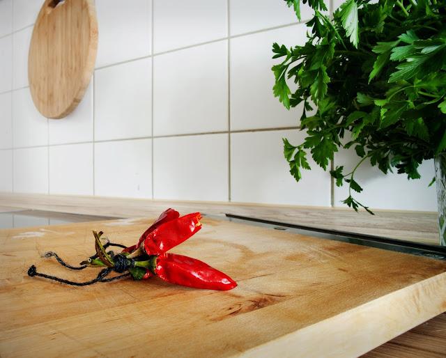Guindillas sobre una tabla de cortar en la cocina