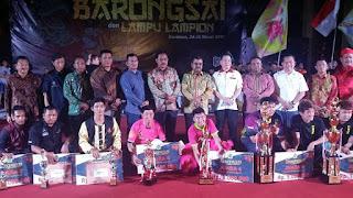 juara festival barongsai bersama hadiah dan trofi