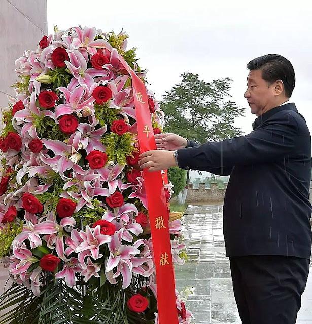 Xi Jinping deposita flores no monumento do fim da Longa Marcha de Mao.